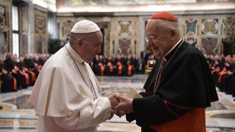 Lumina lui Cristos, mai puternică decât întunericul scandalurilor: papa Francisc, Curiei Romane