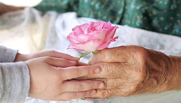 """""""Pentru voi cu dragoste, un cântec si o floare"""", de 8 martie"""