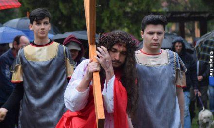 "Tradiționala ""Cale a Crucii"" cu tinerii franciscani, la Oradea"