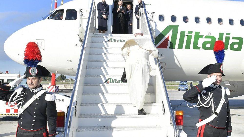 Papa Francisc în zbor către România