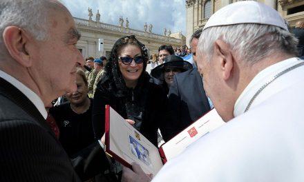 Papa Francisc a salutat delegația Romfilatelia și așteaptă cu nerăbdare să meargă în România