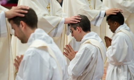 """Papa Francisc le scrie preoţilor: """"Mulţumesc pentru slujirea voastră!"""""""