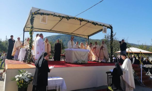 """Hramul Mănăstirii """"Maica Îndurerată"""", din Sighetu Marmației și reînnoire de voturi călugărești"""