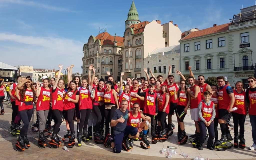 Record mondial, în Piaţa Unirii din Oradea: Aproape 1700 de participanţi la cea mai mare oră de kangoo jumps