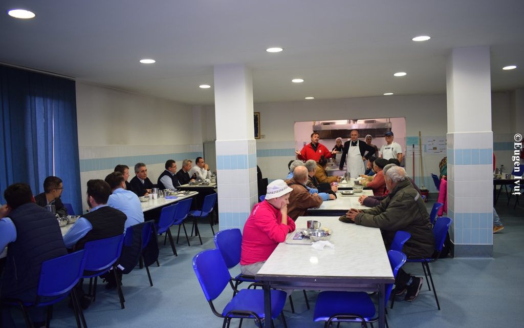 Preasfințitul Virgil la masă cu săracii comunității orădene