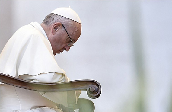 """Papa Francisc. Brunelli îl relatează pe Bergoglio """"al său"""": """"Un părinte care trăieşte din rugăciune"""""""