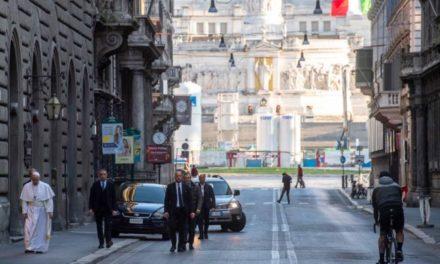 Pelerin pe străzile pustii ale Romei