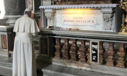 Papa Francisc celebrează Sfânta Liturghie din 18 mai 2020 la mormântul Sf. Ioan Paul II