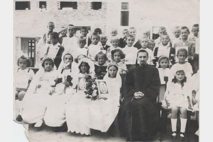 Miorița Săteanu, alături de Episcopul Ioan Suciu – 25 iunie 1945, prima Sfântă Împărtășanie