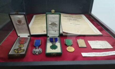 O parte din medaliile primite de Iuliu Maniu, la Casa Memorială din Bădăcin