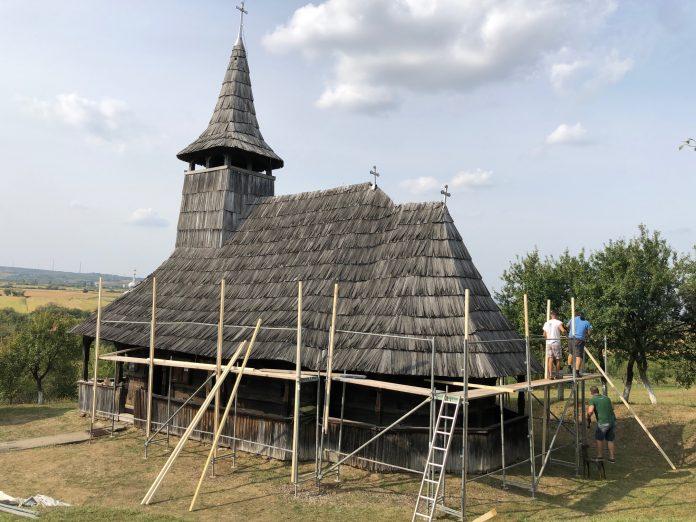 """""""Ambulanţa pentru monumente Sălaj"""" ajută la salvarea bisericii de lemn din Porţ"""