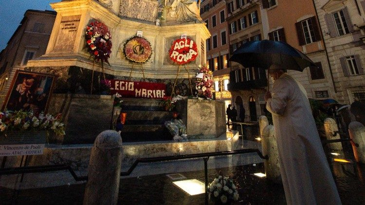 Papa Francisc s-a rugat în privat la imaginea Fecioarei Maria din Piazza di Spagna
