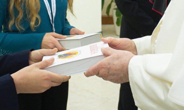 Duminica Bibliei: papa Francisc a dăruit unor credincioși o ediție specială a Sfintei Scripturi