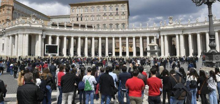 Papa Francisc: A privi, a atinge și a mânca