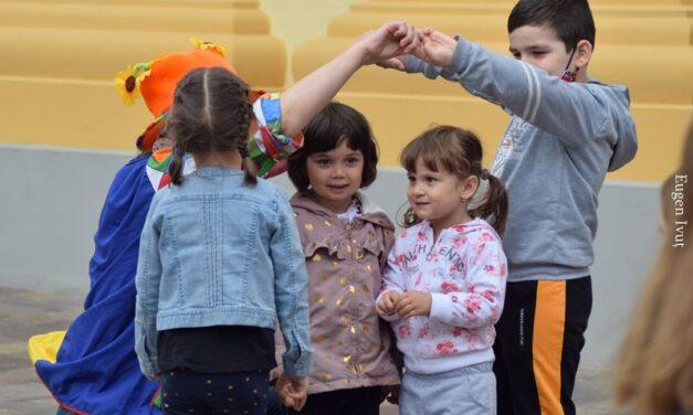 A patra duminică cu zâmbete de copii în curtea Episcopiei