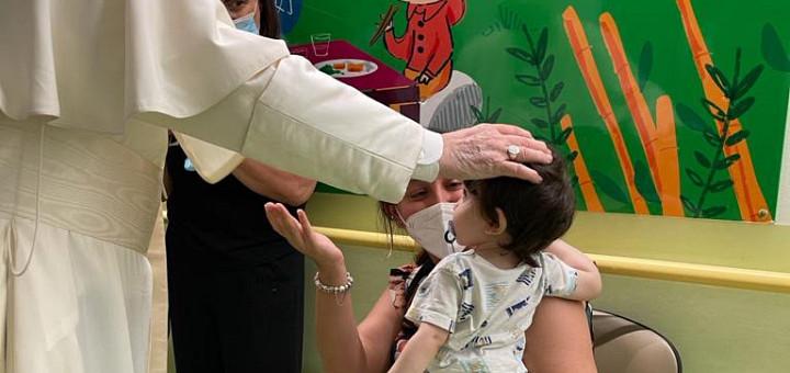 Papa Francisc a vizitat copiii din secția de oncologie a spitalului Gemelli