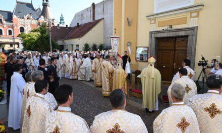 Nunțiul apostolic în Catedrala din Oradea, cu ocazia sfințirii lucrărilor de reabilitare