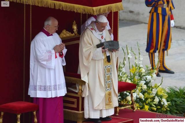 """Papa Francisc a celebrat încheierea Anului Credintei si a încredintat exhortatia sa apostolica """"Evangelii gaudium"""","""
