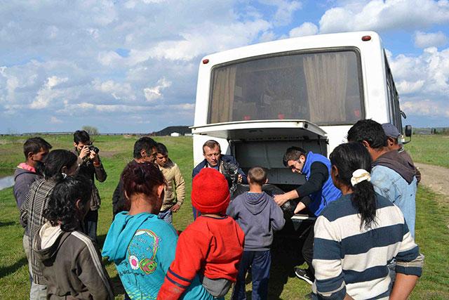 """Centrul """"Don Orione"""" din Oradea a ajutat familiile de la groapa de gunoi a orasului,"""