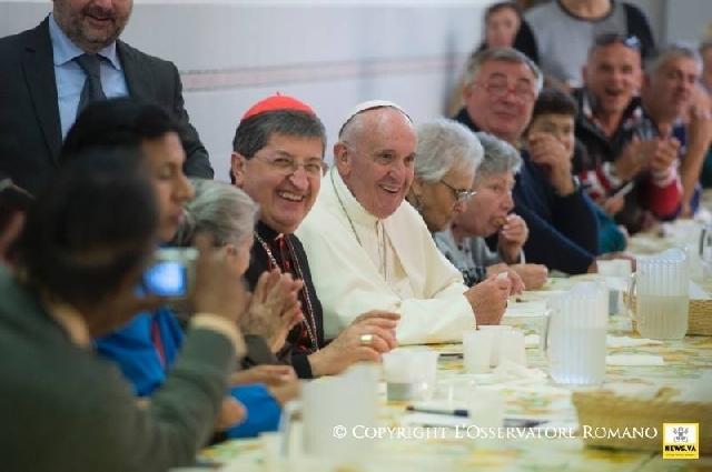 """""""Papa la masa cu saracii, cu tacâmuri de plastic"""","""