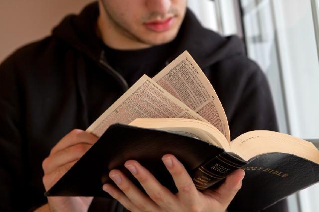 """""""Papa, tinerilor: vreti sa ma faceti fericit? Cititi Biblia!"""","""