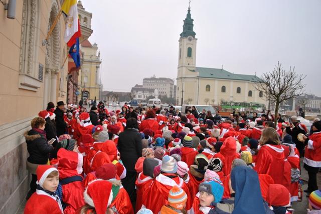 """""""Oradea, sub papucul lui Mos Craciun – Sute de copilasi s-au revarsat pe strazi!"""","""