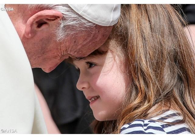 """""""Papa a îmbratisat-o pe Lizzy, fetita care-si va pierde vederea si auzul"""","""