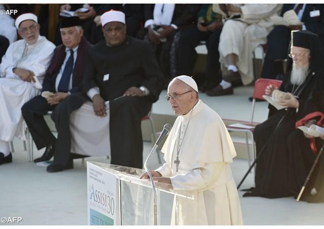 """""""Papa Francisc la Assisi: Numai pacea este sfânta. Nu avem arme, dar credem în forta blânda a rugaciunii"""","""