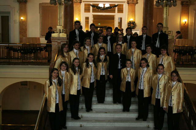 """Corul de Camera """"Fiat Lux"""" medaliat cu aur la Festivalul de la Praga,"""