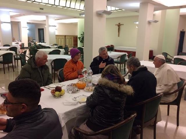 """""""De ziua de nastere, Papa Francisc a luat micul dejun cu oamenii strazii"""","""