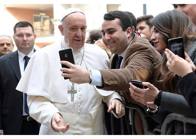 Papa îndeamna studentii sa lase o amprenta pozitiva în istorie,