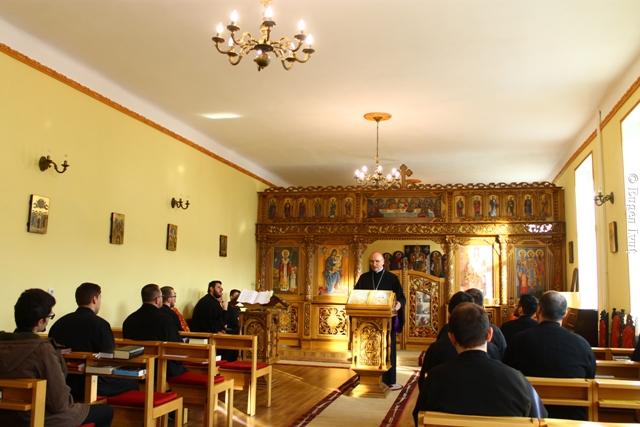 Preasfintia Sa Virgil în mijlocul seminaristilor,