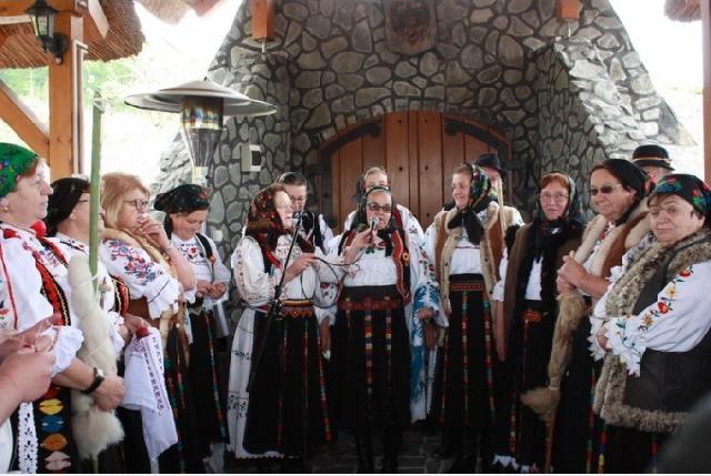 """Zeci de invitati si localnici au reconstituit momente traditionale – """"Haba"""" în satul lui Iuliu Maniu,"""