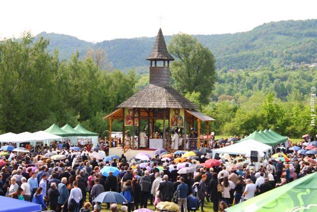 """Nuntiul Apostolic la Cimitirul Saracilor din Sighet: """"Prin iertare învingem raul cu binele"""".,"""