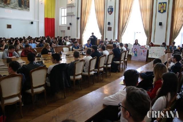 Sute de elevi au raspuns invitatiei Uniunii Femeilor Bihor – Au sarbatorit Ziua Familiei prin dezbateri,
