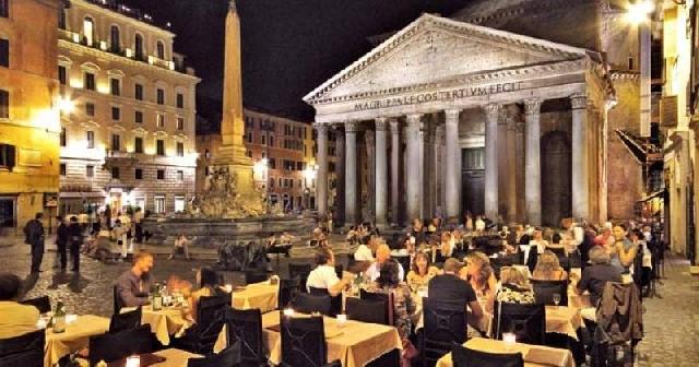"""""""Roma, provocarea unui preot pentru restaurantele de lânga Panteon"""","""