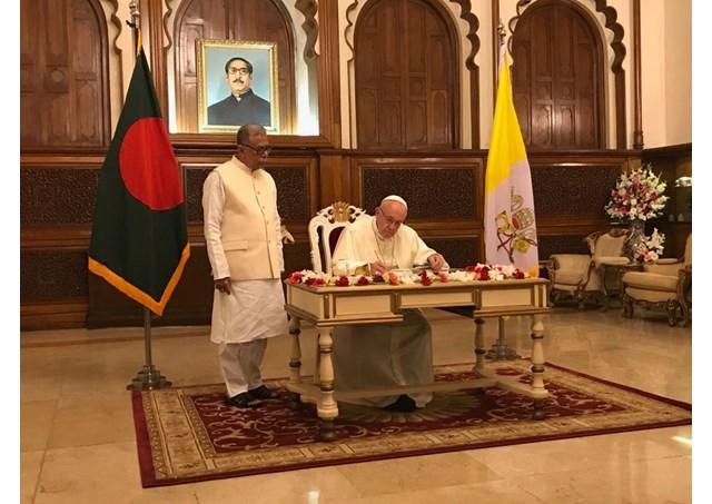 """Papa Francisc a ajuns în Bangladesh, mesager de ""pace si armonie"""","