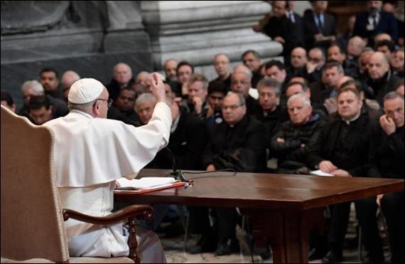 """""""Papa Francisc: Preotii tineri sa caute o calauza, cei batrâni sa fie pregatiti sa fie calauza"""","""