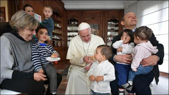 Papa pe neasteptate într-o casa pentru mame detinute cu copii minori,