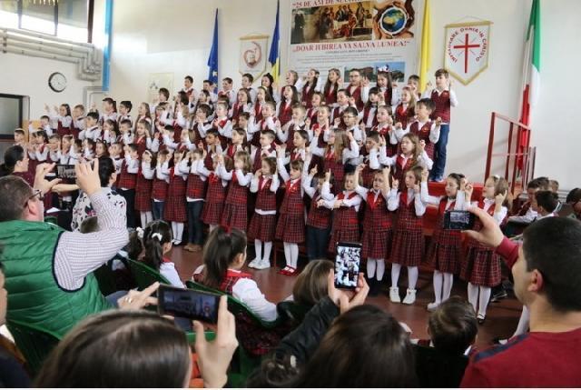 """Sute de elevi, parinti si bunici – Serbare de Pasti în Familia ""Don Orione"""","