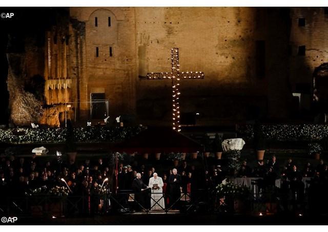 """Papa Francisc, la ""Calea Crucii"" de la Colosseum: Doamne, daruieste-ne rusine, cainta si speranta"","