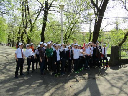 """""""Curatenie pe malurile Crisului, în Oradea: 80 de saci umpluti cu gunoaie în doar 3 ore"""","""