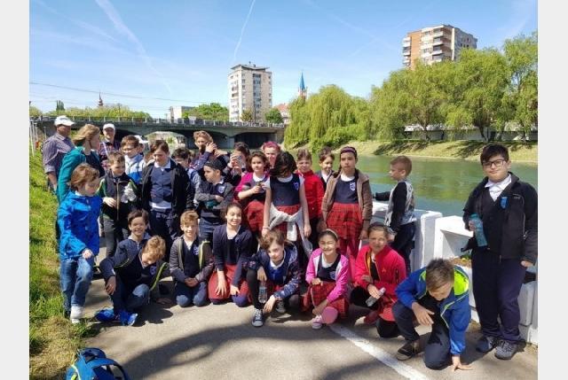 """Zeci de elevi au plantat flori pentru un oras mai frumos – """"Faleza Florilor"""","""