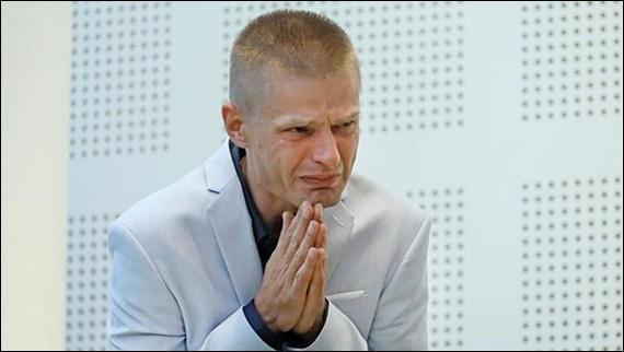 """Papa îl îmbratiseaza pe Tomasz, fost puscarias nevinovat"","