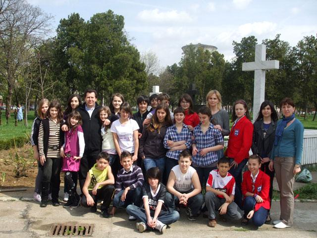"""Echipa Verde"" a Liceului Teologic Greco-Catolic a plantat flori în fata Manastirii Franciscane,"