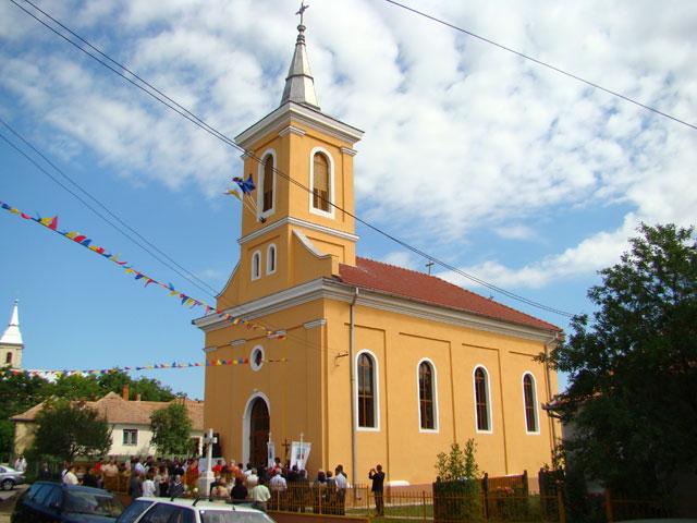 Sfintirea bisericii din Galospetreu dupa restaurare,
