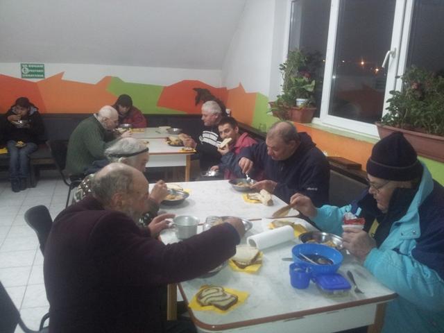 """Grupul AGRU de la Catedrala """"Sfântul Nicolae"""" din Oradea în vizita la Azilul de noapte,"""