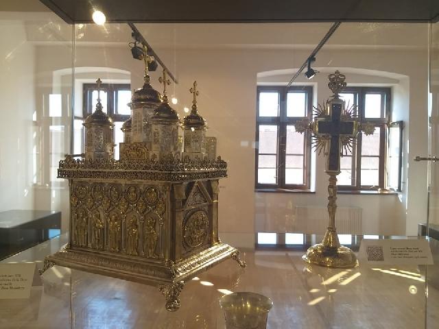 """""""Obiecte bisericesti reprezentative pentru trei secole, la Oradea – Expozitia """"Tezaur Episcopia Tulcii"""""""","""